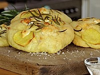 Focaccia mit Ziegenkäse, Rosmarin und Kartoffeln