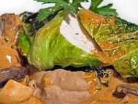 Geflügelbrust im Wirsingblatt mit Pilzsauce