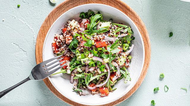 Leichtes Mittagessen: Quinoa-Salat mit Avocado und Rucola