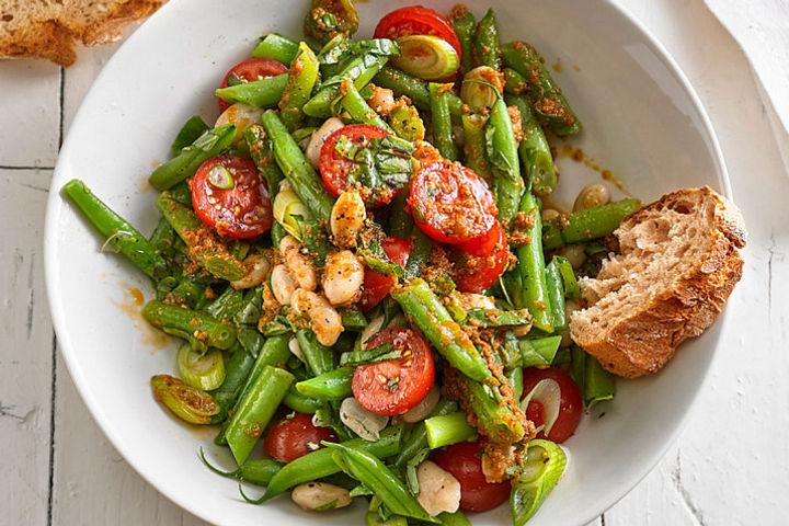 Mediterrane Salate mit Pesto