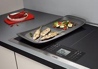 AEG Induktionskochfeld HK884400 mit MaxiSense Plance Grillplatte für eine gleichmäßige Hitzeverteilung über 2 Kochzonen hinweg