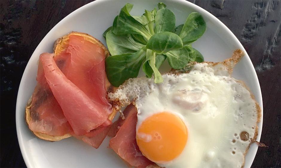 Süßkartoffel-Toast mit Schinken und Ei