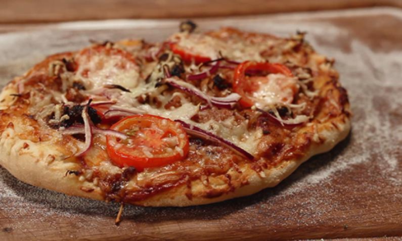 Weber Elektrogrill Pizza Backen : Pizza vom holzkohlegrill mit pizzastein chefkoch.de video