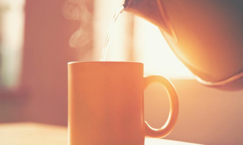 Wasserkocher mit Teetasse