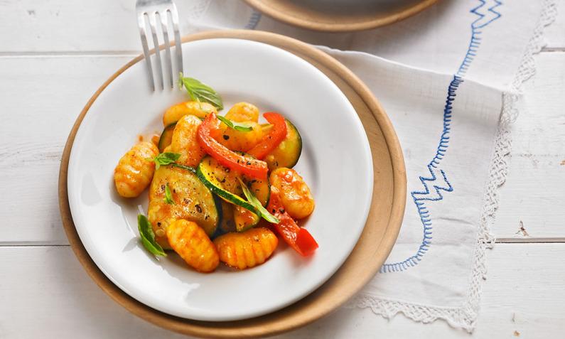 Status ändern Bilder bearbeiten Gnocchi-Salat mit Zucchini und Paprika