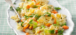Junges Gemüse und frische Kräuter