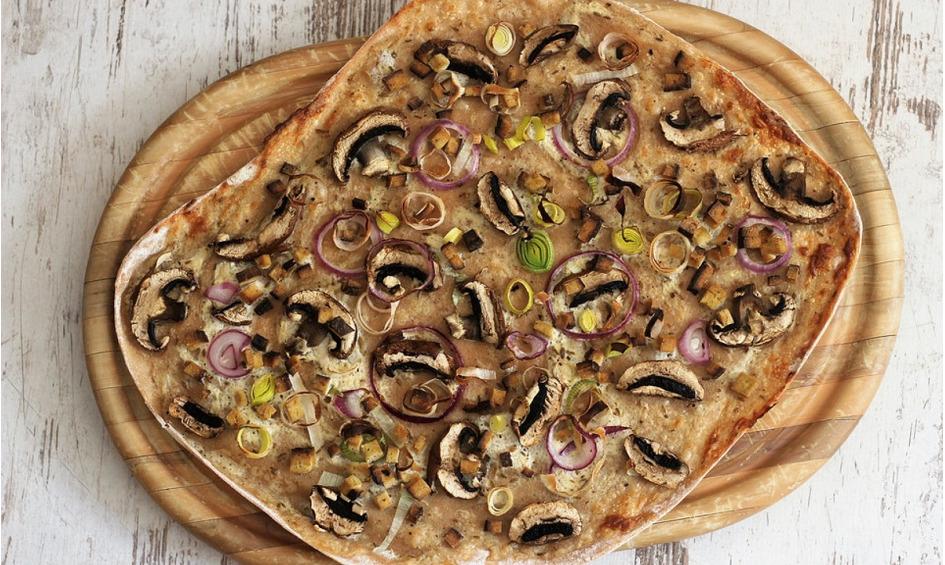Rezept Flammkuchen mit veganem Rahm, Räuchertofu, Champignons und Zwiebeln