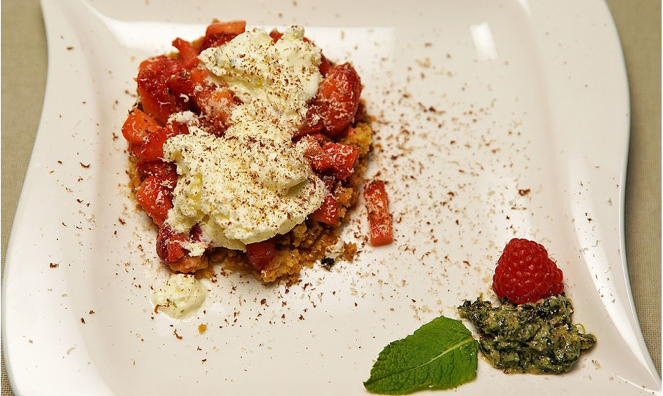 Rezept Frozen Yoghurt, Erdbeeren und Crumble mit Minzpesto