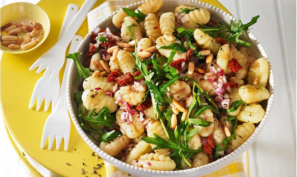 Rezept Gnocchi-Salat mit Pinienkernen und getrockneten Tomaten