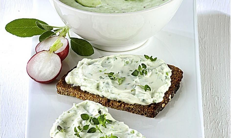 Rezept Kalte Gurken-Radieschen-Suppe und Dinkelbrot mit Kräuterquark