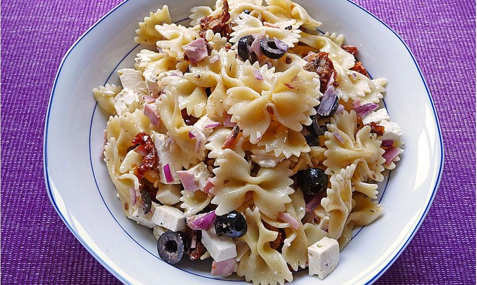 Rezept Nudelsalat mit Feta, Oliven und getrockneten Tomaten