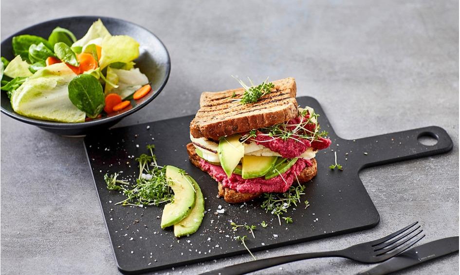 Rezept Wintersandwich mit Halloumi, Avocado und Rote Bete-Hummus
