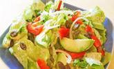 Kopfsalat mit Avocado, Paprika und Kürbiskernen