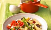 Nudeln mit Tomaten, Schafskäse und Oliven