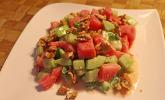 Melonen-Gurken-Salat mit Minze und gerösteten Walnüssen