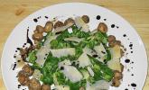 Feldsalat mit gemischten Pilzen und Parmesanspänen