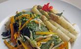 Seelachsloin auf dem Gemüsebett in Alufolie