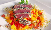 Thunfischfilet in Zimt - Sesam - Kruste auf Chili - Mango - Salat