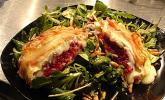 Gefüllter Ziegenkäse im Pancettamantel auf Salat