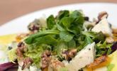 Salat mit gebratenem Kürbis, karamellisierter Birne, Blauschimmelkäse und Walnussen