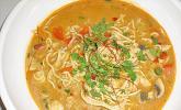 Pikante Thai-Suppe mit Kokos und Hühnchen