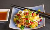 Kohlsalat mit Mango, Möhren und Ingwerdressing