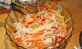 Pikanter vietnamesischer Nudelsalat mit Gurken und Möhren