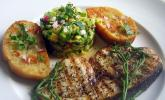 Gegrillte Schwertfisch-Steaks mit Avocado-Salsa