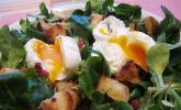 Rucola mit pochiertem Ei und Knoblauchcroutons