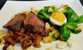 Feldsalat mit Hirschsteak, Pfifferlingen und Wachteleiern
