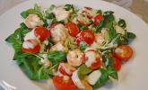 Feldsalat mit Garnelen und Tomaten