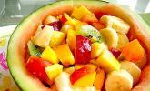 Wassermelonenschale gefüllt mit Früchten