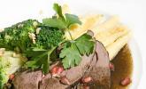 Rehkeule in Granatapfelsauce mit Schupfnudeln und Brokkoli