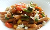 Mediterrane Pasta-Pfanne mit Gemüse und Ziegenkäse