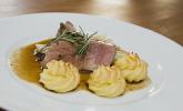 Menü 5 Hauptspeise: Lammkeule in Olivenjus mit Herzoginkartoffeln und karamellisiertem Chicoree