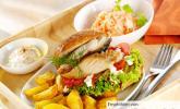 Fischburger mit Kartoffelecken und Kräuterquark