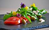 Tomaten-Wildkräuter-Salat mit Zatar-Joghurt-Dressing