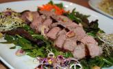 Entenbrust auf buntem Salat