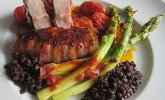 Putenbrustfilets mit Dattelcreme im Baconwickel mit Spargel, Schmortomaten und Belugalinsen