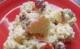 Leckerer Couscous Salat mit sauren Gurken, Bohnen, Tomaten, Äpfeln, Käse und Joghurtsoße