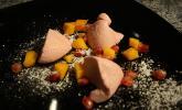 Rote Mousse mit Mango-Stückchen und Granatapfel-Kernen