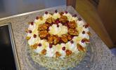Walnuss-Granatapfel-Torte mit weißer Schokoladensahne