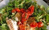 Fischfilet auf Tomatengemüse im Salatbett