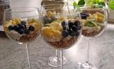Knuspermüsli mit Mandelkefir-Kokoscreme und frischen Früchten