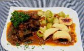 Hirschgulasch mit Rotwein und Speck
