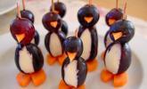 Kleine Pinguine mit Traubenfrack und Karottenfüßchen