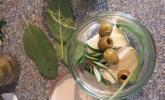 Eingelegter Camembert mit Oliven