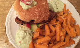 Avocado-Thunfisch-Burger mit Süßkartoffel-Pommes-Frites und Avocado-Frischkäse-Dip