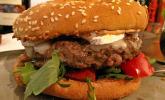 Burger mit Ziegenkäse, Rucola und Feigenmarmelade