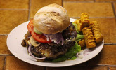Burger mit Chilisauce.